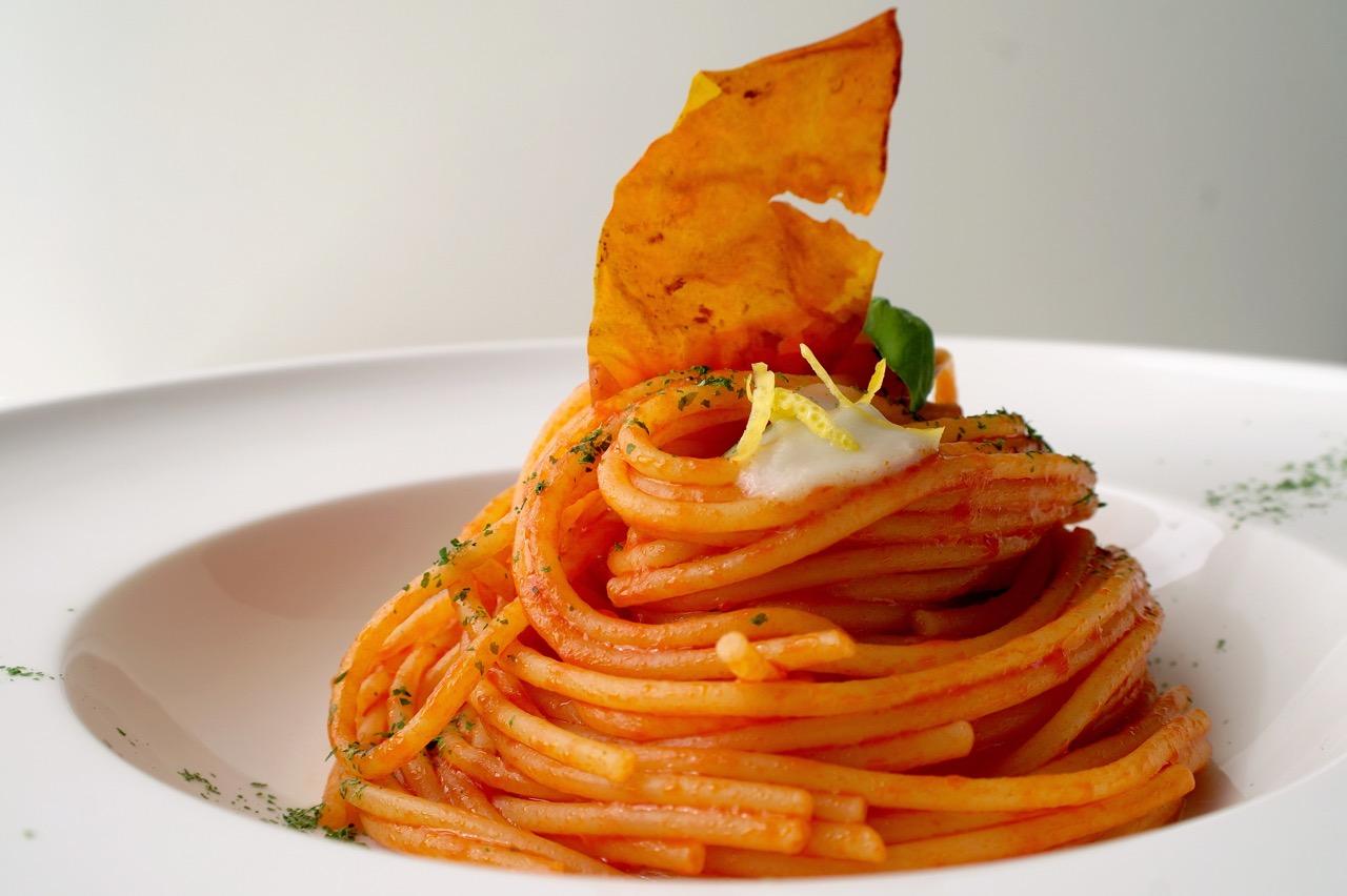 spaghetti-al-pomodoro-con-crema-all-aglio-e-limone