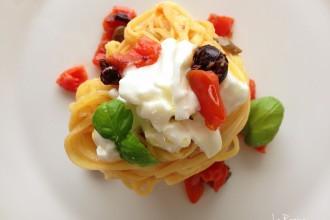 tagliolini-burrata-pomodorini-acciughe-olive-capperi